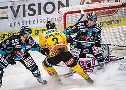 04.01.2019, Keine Sorgen Eisarena, Linz, AUT, EBEL, EHC Liwest Black Wings Linz vs Vienna Capitals, 35. Runde, im Bild v.l. Mathieu Carle (EHC Liwest Black Wings Linz), Peter Schneider (Vienna Capitals), Gerd Kragl (EHC Liwest Black Wings Linz) // during the Erste Bank Eishockey League 35th round match between EHC Liwest Black Wings Linz and Vienna Capitals at the Keine Sorgen Eisarena in Linz, Austria on 2019/01/04. EXPA Pictures © 2019, PhotoCredit: EXPA/ Reinhard Eisenbauer