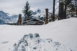 THEMENBILD - eine Skitouren Ausrüstung liegt im Schnee vor einer Bergkulisse, aufgenommen am 27. Februar 2020 in Kaprun, Oesterreich // a ski touring equipment lies in the snow against a mountain backdrop, in Kaprun, Austria on 2020/02/27. EXPA Pictures © 2020, PhotoCredit: EXPA/Stefanie Oberhauser