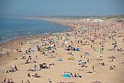 Drukte op het strand van Scheveningen op Hemelvaartsdag, na de versoepeling van de lockdown