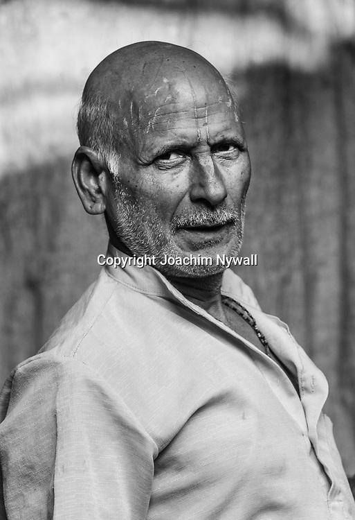 2014 10 29  Kolkata Calcutta <br /> West Bengal India Indien<br /> Malik Ghat  <br /> Porträtt osv en man<br /> <br /> <br /> ----<br /> FOTO : JOACHIM NYWALL KOD 0708840825_1<br /> COPYRIGHT JOACHIM NYWALL<br /> <br /> ***BETALBILD***<br /> Redovisas till <br /> NYWALL MEDIA AB<br /> Strandgatan 30<br /> 461 31 Trollhättan<br /> Prislista enl BLF , om inget annat avtalas.