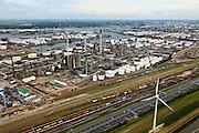 Nederland, Zuid-Holland, Rotterdam, 22-05-2011;.Botlek. Links in beeld de olieraffinaderij van Esso. Rijksweg A15 loopt evenwijdig aan het spoor van de Betuweroute. In de verte is de Oude Maas te zien. Skyline Rotterdam.  .Botlek. Left the Esso oil refinery. Highway A15  runs parallel to the track of the Betuweroute. In the distance, the Oude Maas..luchtfoto (toeslag), aerial photo (additional fee required).foto/photo Siebe Swart