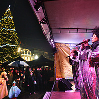Nederland, Amsterdam , 7 december 2014.<br /> Kerstboom op de Dam.<br /> <br /> Ook dit jaar is het aansteken van de verlichting van de kerstboom op de Dam een feestelijk moment. Stadsdeelvoorzitter Boudewijn Oranje zet zondag 7 december rond 17.00 uur de 40.000 lichtjes aan. Vooraf en daarna kunt u genieten van muziek van de Gospel Queens en warme chocomel gesponsord door Restaurant De Roode Leeuw.<br /> Foto:Jean-Pierre Jans