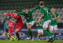 Mads Lauritsen (Viborg FF) har fat i Jeppe Kjær (FC Helsingør) under kampen i 1. Division mellem Viborg FF og FC Helsingør den 30. oktober 2020 på Energi Viborg Arena (Foto: Claus Birch).