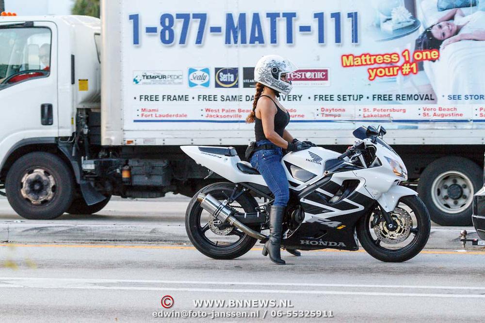 USA/Miami/20150807 - Miami, meisje op een motor