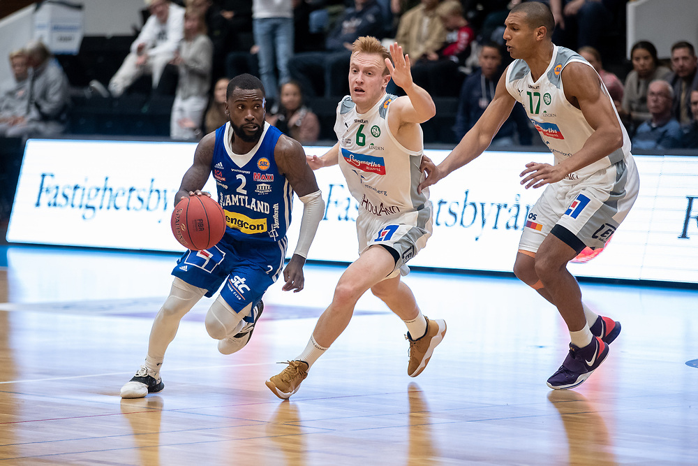 ÖSTERSUND 20210924<br /> Jämtlands CJ Wilson jagas Nässjös Daniel Hansson under fredagens match i Basketligan mellan Jämtland Basket och Nässjö Basket i Östersunds Sporthall<br /> <br /> Foto: Per Danielsson/Projekt.P
