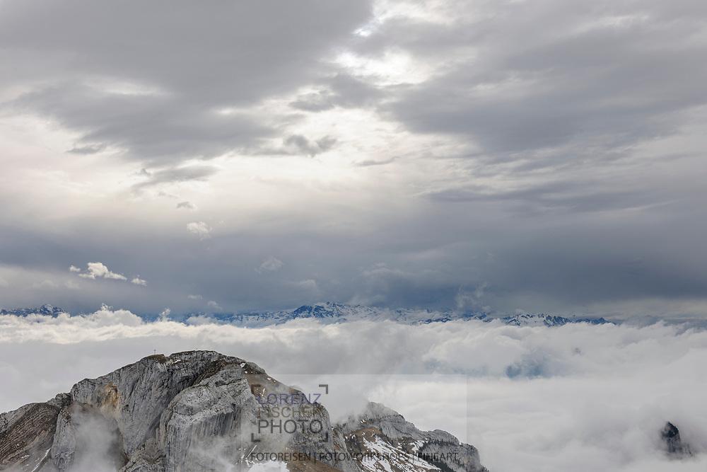 Aussichten vom Pilatus. Blick vom Esel über das Matthorn in die Berner Hochalpen an einem wolkenverhangenen und nebligen Spätherbsttag.