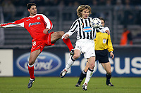 FOOTBALL - CHAMPIONS LEAGUE 2003/04 - 1/8 FINAL - 2ND LEG - 040309 - JUVENTUS TORINO v DEPORTIVO LA CORUNA - PAVEL NEDVED (JUV) / VICTOR (DEP) - PHOTO JEAN MARIE HERVIO /  DIGITALSPORT