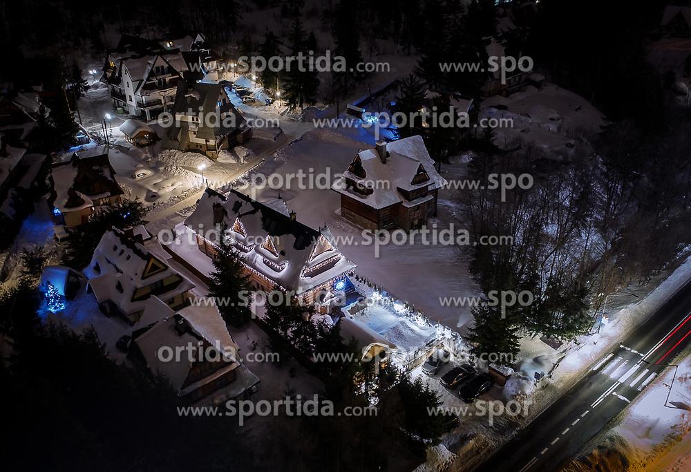 THEMENBILD - mit Schnee bedeckte beleuchtete Häuser, aufgenommen am 17. Januar 2019 in Zakopane, Polen // mit Schnee bedeckte bleuchtete Häuser, Zakopane, Poland on 2019/01/17. EXPA Pictures © 2019, PhotoCredit: EXPA/ JFK