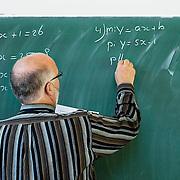 Nederland Rotterdam 23-09-2009 20090923 Serie over onderwijs,  openbare scholengemeenschap voor mavo, havo en vwo.  Lesuur wiskunde, leraar noteert  sommen, formules tijdens wiskundeles  op schoolbord.                                      .Foto: David Rozing