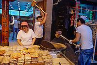 Chine, province du Shaanxi, ville de Xi'an, quartier Musulman Hui, le marché, vendeur de rue de plats cuisinés, fabrication du nougat // China, Shaanxi province, Xian, Hui neighborhood, food market, nougat shop