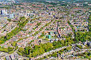 Nederland, Utrecht, Utrecht, 13-05-2019; overzicht van Utrecht gezien vanuit het Zuiden, bomen in voorjaarsgroen langs de singels, Catherijnesingel, Tolsteegsingel. Ledig ERfin de voorgrond, Oude Gracht richting Dom en Domtoren, links Utrecht CS en omgeving.<br /> Overview of Utrecht seen from the South, trees in green spring trees along the canals.<br /> <br /> luchtfoto (toeslag op standard tarieven);<br /> aerial photo (additional fee required);<br /> copyright foto/photo Siebe Swart