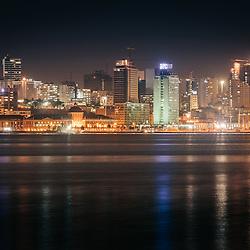 A parte baixa de Luanda e a Marginal (Avenida 4 de Fevereiro) vistas da baía. Luanda. Angola. (BPC e BNA em destaque)