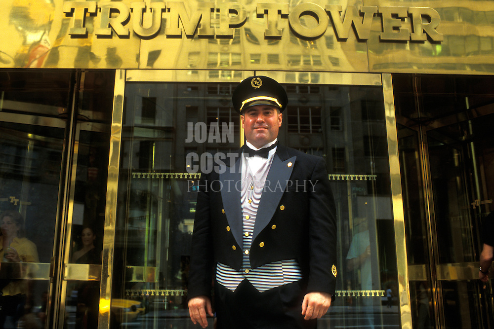 EEUU. Nueva York.<br /> Conserje en la entrada de la Torre Trump.<br /> <br /> © JOAN COSTA