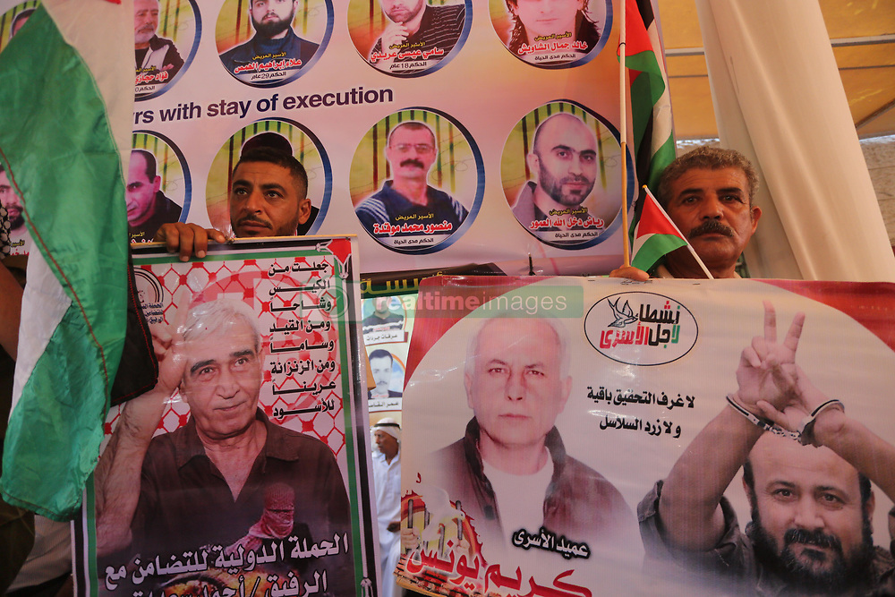 August 7, 2017 - Gaza City, Gaza Strip, Palestinian Territory - Palestinians take part in a protest to show solidarity with Palestinian prisoners held in Israeli jails, in front of Red cross office in Gaza city on August 7, 2017  (Credit Image: © Mohammed Asad/APA Images via ZUMA Wire)