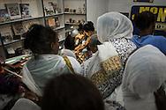 La compagna di Wassim continua la tradizione. Durante la settima della pasqua ortodossa il loro negozio e' sempre pieno di pellegrini