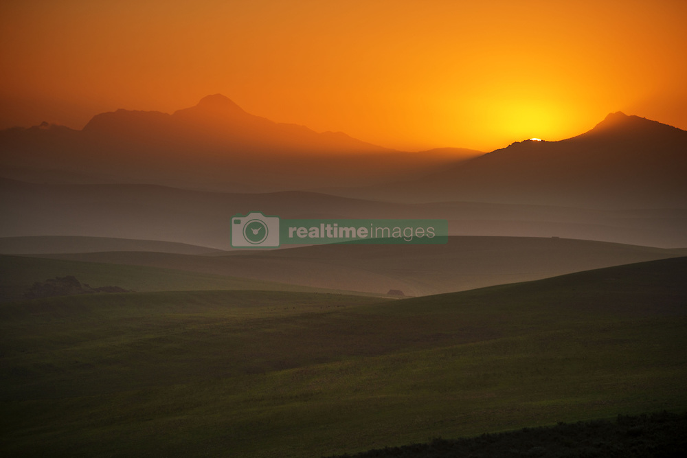September 30, 2018 - South Africa - Bredasdorp. Sunset at the mountains between Hermanus and Cape Agulhas, Western Cape, South Africa (Credit Image: © Sergi Reboredo/ZUMA Wire)