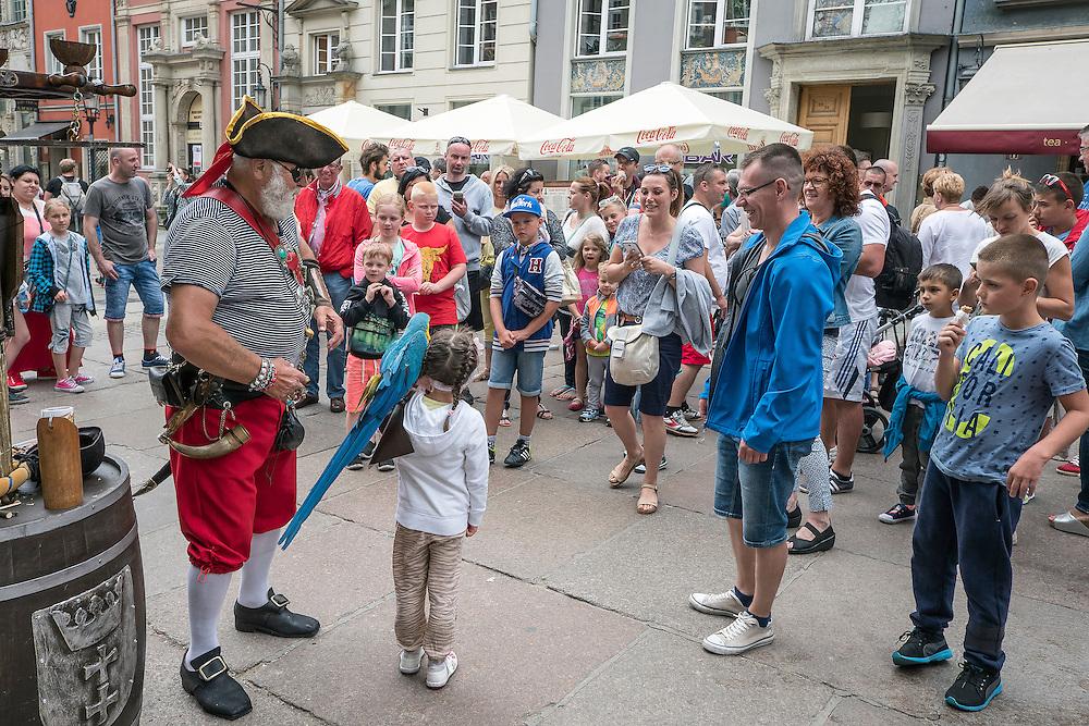 Gdańsk, (woj. pomorskie) 18.07.2016. Gdański Pirat na ulicy Długiej w Gdańsku.