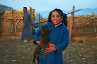 Mongolie, Province de Khovd, campement des nomades, jeune fille mongole avec un bébé chèvre // Mongolia, Khovd, nomad camp, mongolian young girl with a baby goat
