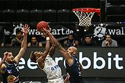 Basketball: Deutschland, 1. Bundesliga, Hamburg Towers - HAKRO Merlins Crailsheim, Hamburg, 10.01.2021<br /> TJ Shorts (Towers, M.) - Radil Caison (l.) und Maurice Stuckes (beide Merlins)<br /> © Torsten Helmke