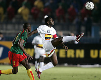 Fotball<br /> Foto: Dppi/Digitalsport<br /> NORWAY ONLY<br /> <br /> FOOTBALL - AFRICAN CUP OF NATIONS 2006 - FIRST ROUND - GROUP B - 060121 - CAMEROON v ANGOLA<br /> <br /> FABRICE AKWA (ANG) / RAYMOND KALLA (CAM)<br /> <br /> KAMERUN v ANGOLA