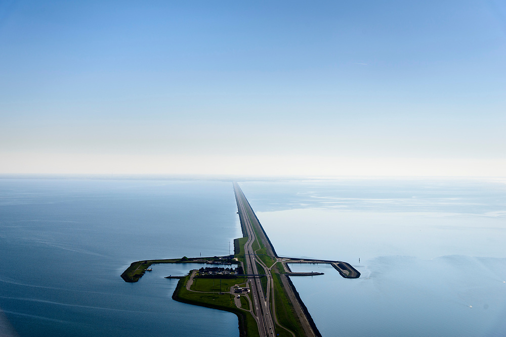 Nederland, Friesland, Gemeente Wonseradeel, 07-05-2018; Afsluitdijk ter hoogte van Breezanddijk, het voormalig werkeiland Breezand. Gezien naar de kust van Noord-Holland, aan de horizon. Waddenzee rechts, IJsselmeer links.<br /> Enclosure Dam at the height of Breezanddijk, former 'work island' Breezand, seen in the direction of the Noord-Holland coast at the horizon (32 kilometers away). IJsselmeer lake (right), the Wadden Sea (left)<br /> luchtfoto (toeslag op standard tarieven);<br /> aerial photo (additional fee required);<br /> copyright foto/photo Siebe Swart