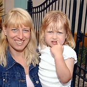 Acteurs bezoeken Six Flags Biddinghuizen, Anneke en Diana Janssen