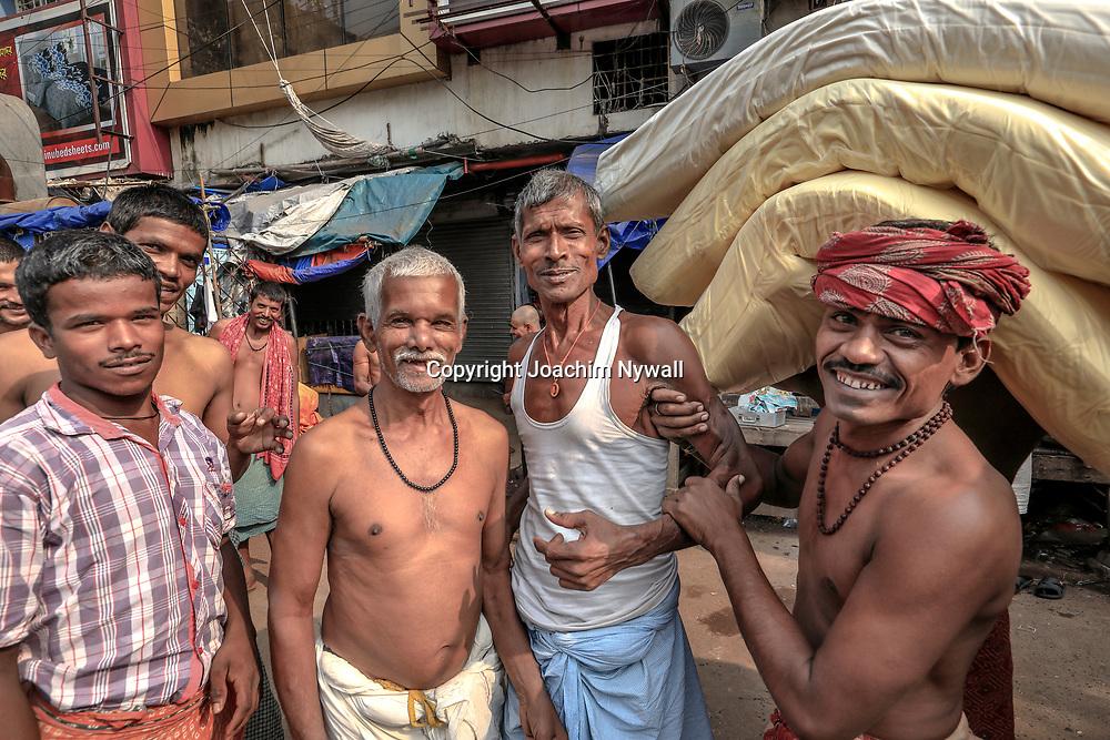 20171029 Kolkata Calcutta Indien<br /> Bärare som väntar på uppdrag<br /> <br /> ----<br /> FOTO : JOACHIM NYWALL KOD 0708840825_1<br /> COPYRIGHT JOACHIM NYWALL<br /> <br /> ***BETALBILD***<br /> Redovisas till <br /> NYWALL MEDIA AB<br /> Strandgatan 30<br /> 461 31 Trollhättan<br /> Prislista enl BLF , om inget annat avtalas.