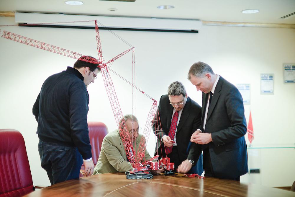 17 JAN 2011 - Sant'Ilario d'Enza (RE) - Fabio Belli, AD di Fagioli S.p.A., con Moreno Massetti, direttore generale, e due collaboratori mentre montano il modellino di una gru