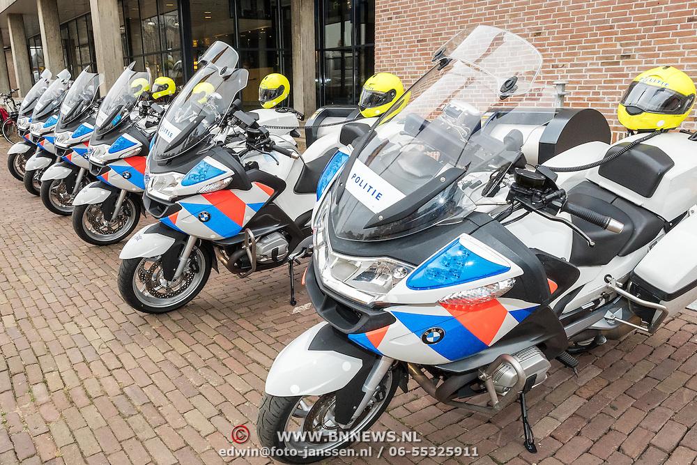 NLD/Almelo/20161028 - Streekbezoek Achterhoek door Willem-Alexander en Maxima, politie motoren