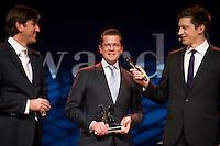 """25 NOV 2009, BERLIN/GERMANY:<br /> Wolfram Weimer (L), Chefredakteur Cicero, Karl-Theodor zu Guttenberg (M), CSU, Bundesverteidigungsminister, und Steffen Hallaschka (R), Moderator, Verleihung des Politikaward 2009 in der Kategorie 7: """"Politiker des Jahres"""" , Tipi am Kanzleramt<br /> IMAGE: 20091125-03-186"""