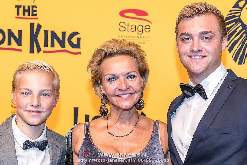 NLD/Scheveningen/20161030 - Premiere musical The Lion King, Mariska van Kolck en zonen Christopher en Vincent