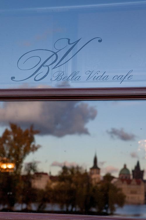 Spiegelung in der Eingangstür des Cafe Bella Vida.