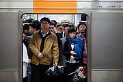 Reisende in einem Wagon der Seoul Metro im Zentrum der koreanischen Hauptstadt .<br /> <br /> Passengers in a wagon of the Seoul Metro (subway) in the city center of the Korean capital.