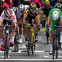 Frankrijk, Angers, 04-07-2016<br /> Wielrennen, Tour de France, 2e etappe.<br /> Van Granville naar Angers.<br /> Mark Cavendish, in de Groene Trui, wint met een paar millimeter verschil op de finislijn van Andre Greipel ( links ).<br /> Foto: Klaas Jan van der Weij
