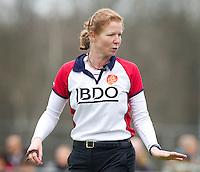 LAREN - Scheidsrechter Stella Bartlema, zondag tijdens de hoofdklasse competitiewedstrijd mannen tussen Laren en Bloemendaal (1-4).  COPYRIGHT KOEN SUYK