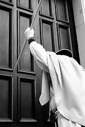 I riti della Settimana Santa a Taranto, chiusura della Processione dei Misteri data dai 3 colpi al portale della Chiesa del Carmine