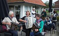 HEERENVEEN - Golfbaan-  Leden van de rabbits maken muziek op het terras van van Golfclub Heidemeer in Heerenveen. COPYRIGHT KOEN SUYK