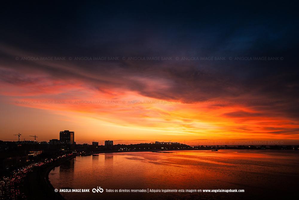 Siluetas dos edifícios da Marginal (Avenida 4 de Fevereiro) e da ilha de Luanda ao pôr do sol depois de uma tempestade de verão. Luanda. Angola