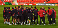 Fotball<br /> Foto: SBI/Digitalsport<br /> NORWAY ONLY<br /> <br /> England trener 08.10.2004<br /> <br /> England players gather for training at Old Trafford.