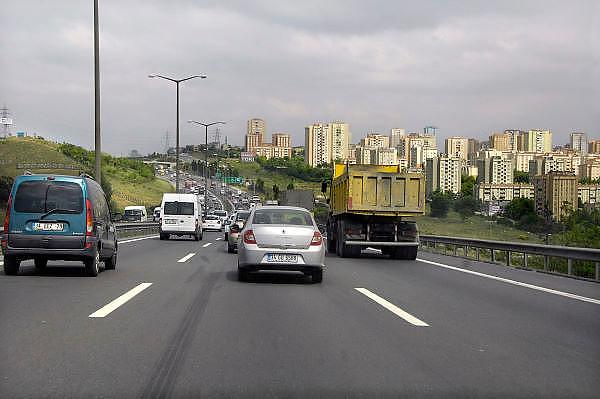 Turkije, Istanbul, 10-6-2011Straatbeeld. Verkeer op de weg bij Istanbul .Foto: Flip Franssen