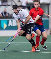 AMSTELVEEN -  Trent Mitton (Amsterdam) met Jasper van der Looy (Tilburg)  tijdens de hockey hoofdklasse competitiewedstrijd  heren, Amsterdam-HC Tilburg (3-0).  COPYRIGHT KOEN SUYK