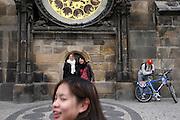 Touristen auf dem Altstädter Ring vor dem Altstädter Rathaus (Staromestska radnice) lassen sich vor einem Teil der Aposteluhr (Orloj) fotografieren. Diese wurde gegen Ende des 15. Jahrhunderts vom Astronomen Magister Hanusch vollendet. <br /> <br /> Tourists been photographed in front of one part of the Prague Astronomical Clock (Orloj) on the southern wall of the Old Town City Hall and the Old Town Square.