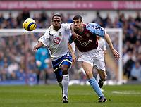 Fotball<br /> Premier League 2004/2005<br /> 06.11.2004<br /> Foto: SBI/Digitalsport<br /> NORWAY ONLY<br /> <br /> Aston Villa v Portsmouth<br /> <br /> Portsmouth's Ricardo Fuller (L) battles for the ball with Mark Delaney