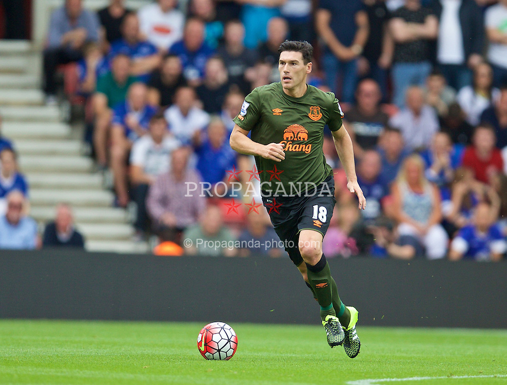 SOUTHAMPTON, ENGLAND - Saturday, August 15, 2015: Everton's Gareth Barry in action against Southampton during the FA Premier League match at St Mary's Stadium. (Pic by David Rawcliffe/Propaganda)