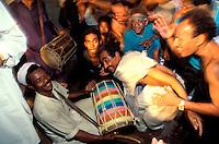 """Pakistan - """"Shiddis """", esclaves de l'empire des Indes - Province du Sind - Karachi - Quartier de Lyari, quartier pauvre à forte densité Shiddi - Lors des mariages ils participent également à des danses collectives (lewas) dans la rue  // Pakistan, Shiddi, the black of Pakistan with African origine"""