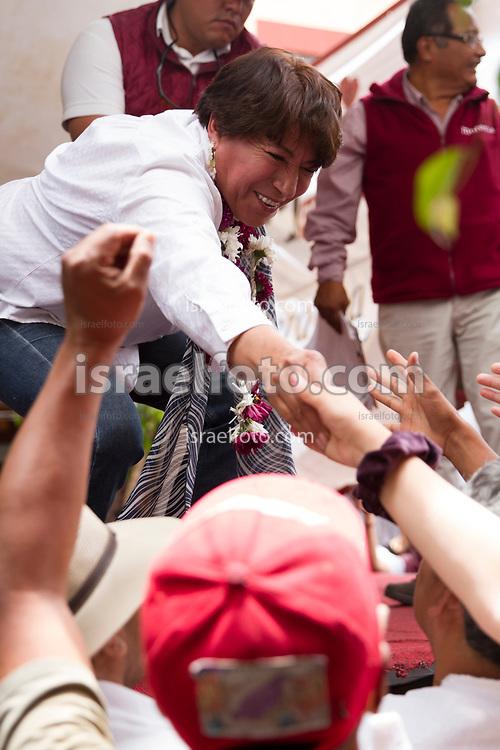 Simpaizantes de Delfina Gómez se agolpan en torno de Delfina Gómez para saludarla al final de un mitin en Chimalhuacán.