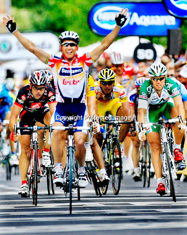 Saint-Quentin, Frankrike, 20060605:  Tour de France.  Thor Hushovd t.h. kom på fjerdeplass på den 4. etappen. Nå har han blitt disket etter å ha presset en tysker ureglementert før mål.  I forgrunnen etappevinner Robbie Mc Ewen...Foto: Daniel Sannum Lauten/ Dagbladet *** Local Caption *** Hushovd,Thor..McEwen,Robbie