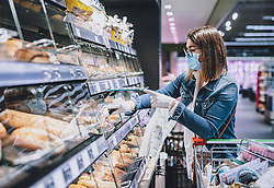 THEMENBILD - eine Frau trägt eine Schutzmaske und Handschuhe bei ihrem Einkauf in einem Supermarkt während der Coronavirus Pandemie, aufgenommen am 04. April 2020, Österreich // a woman wearing a protective mask and gloves while shopping in a supermarket during the coronavirus pandemic, Austria on 2020/04/04. EXPA Pictures © 2020, PhotoCredit: EXPA/ JFK