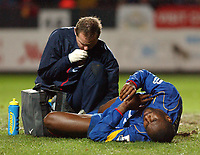 Fotball<br /> Premier League England 2004/2005<br /> Foto: SBI/Digitalsport<br /> 01.01.2005<br /> NORWAY ONLY<br /> <br /> Charlton Athletic v Arsenal<br /> <br /> Arsenal's captain Sol Campbell lies injured and recieves from physio Gary Lewin