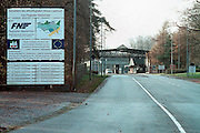 Duitsland, laarbruch, 27-11-2002..Toegang tot de voormalige Engelse vliegbasis. Een Rotterdamse investeerder bouwt het nu om tot burgerluchthaven Flughafen Niederrhein, gesteund met subsidie van de EU. In Maart is het operationeel. Vanwege de ligging vlakbij de Nederlandse grens is met name uit Nieuw-Bergen veel bezwaar tegen dit vliegveld. Geluidsoverlast en aanvliegroute treffen ook het natuurgebied de Hamert. Economie, vliegvervoer, milieu, vliegverkeer, grensoverschrijdend probleem..Foto: Flip Franssen/Hollandse Hoogte